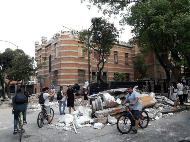 Residents assess the damage to a building in the Roma neighborhood of Mexico City after a magnitude-7.1 earthquake hit the area Sept. 19.(©2017 World Vision/photo by Silvia Correa)