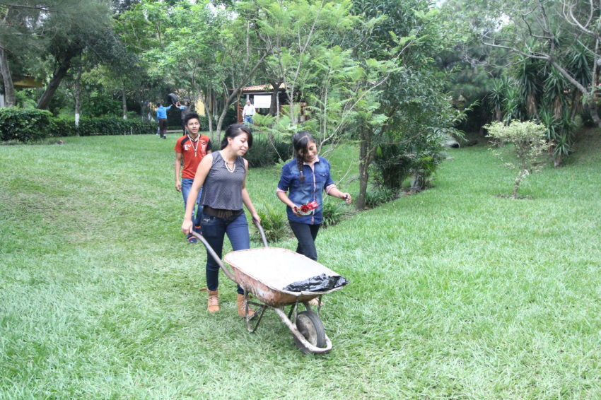 In Guatemala, youth groups clean up neighborhoods to remove mosquito breeding places. (©2016 World Vision/photo by Jorge R. Felipe)