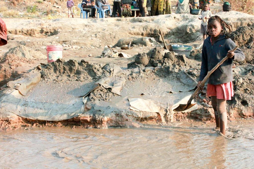 Children mining in Democratic Republic of Congo ©2012 Doudou Kajangu | World Vision.